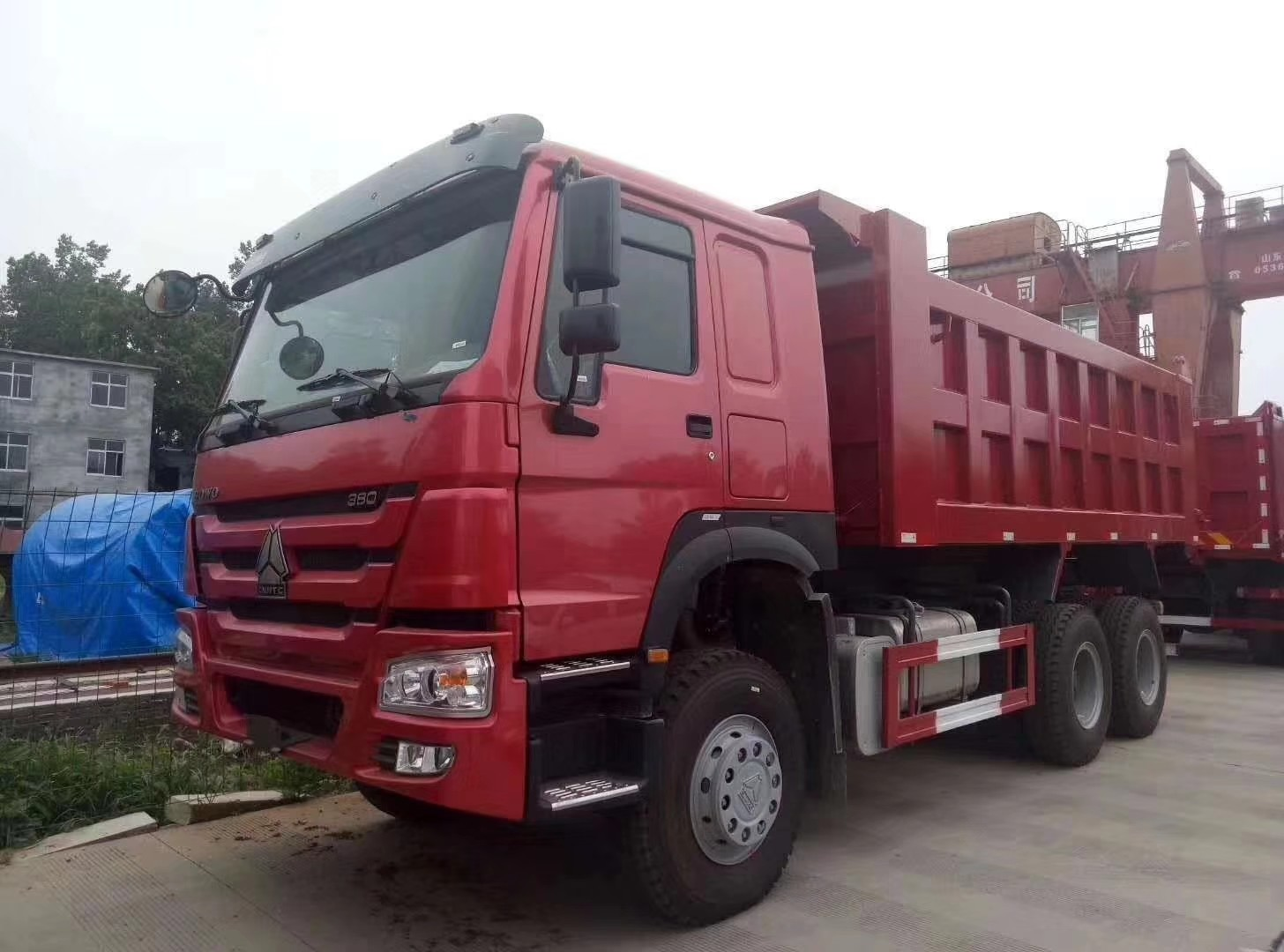 Red Heavy Duty Dump Truck Euro 2 Emission Standard With ZF8118 Steering